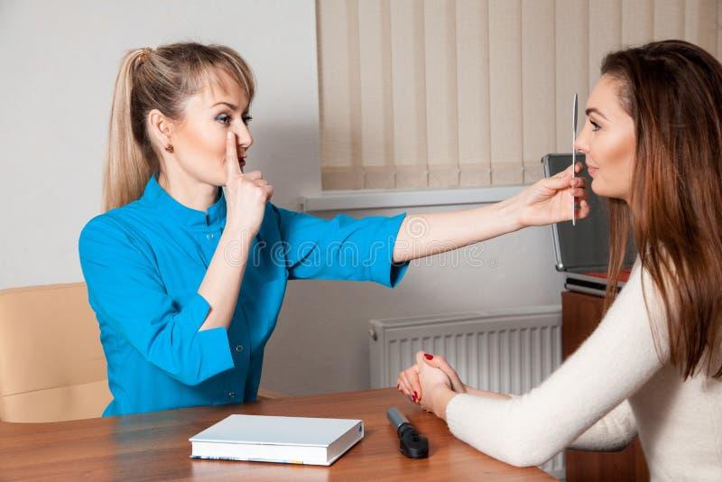 Kobieta na konsultaci przy kliniką zdjęcia stock