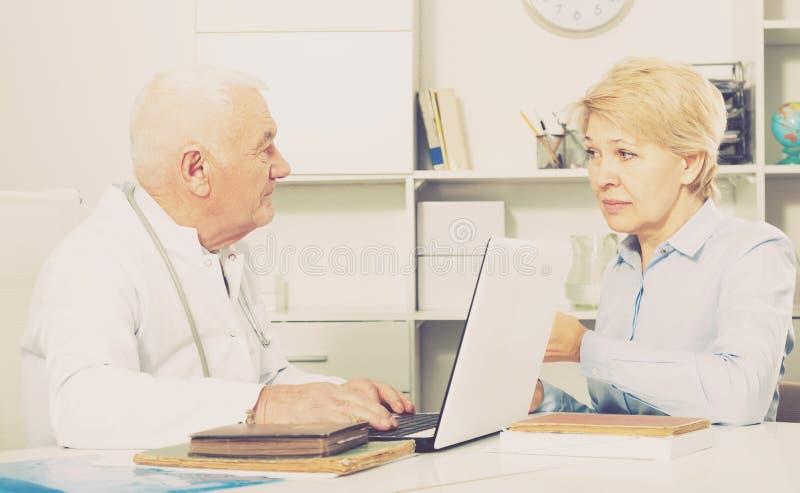 Kobieta na konsultaci z lekarką fotografia royalty free