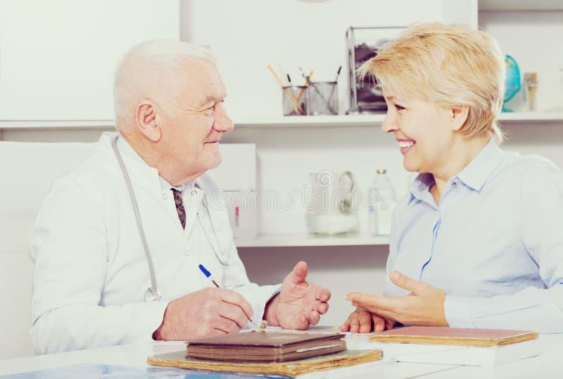 Kobieta na konsultaci z lekarką obraz royalty free