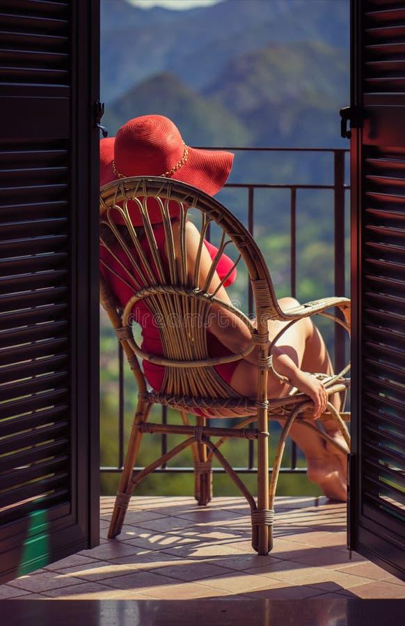 Kobieta na krześle na balkonie zdjęcie royalty free