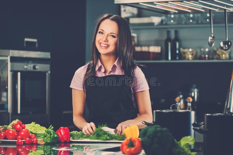 Kobieta na nowożytnej kuchni obraz stock