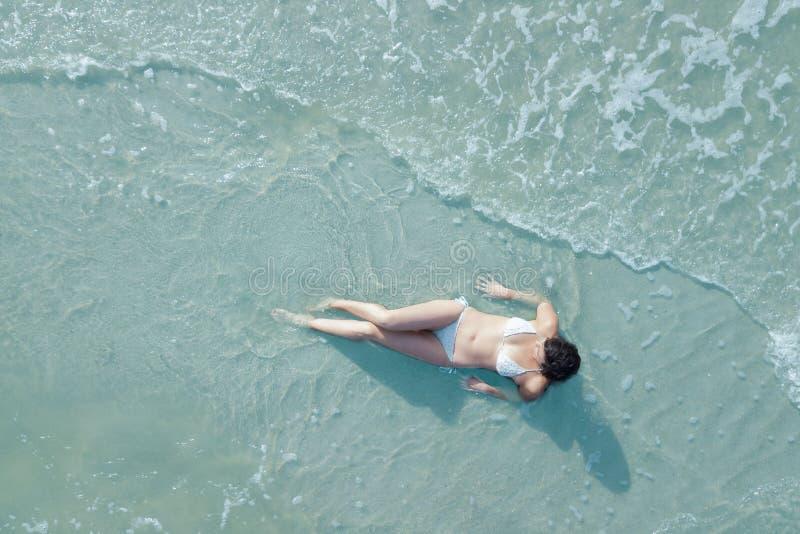 Kobieta na plaży od koszt stały obrazy royalty free