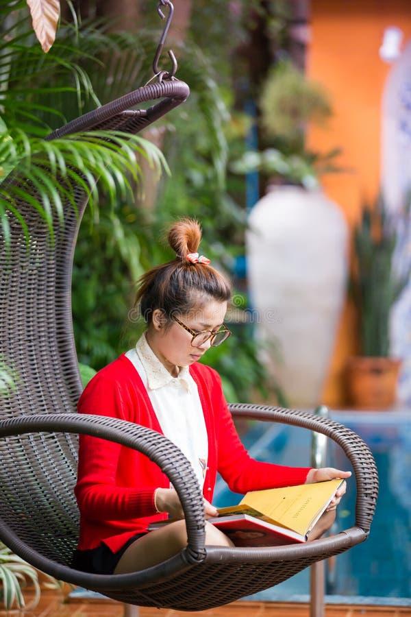 Kobieta Na Plenerowym ogródzie obraz royalty free
