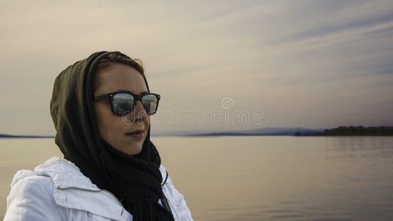 Kobieta na seashore zdjęcia stock