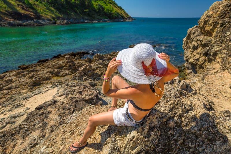 Kobieta na skałach zdjęcie royalty free