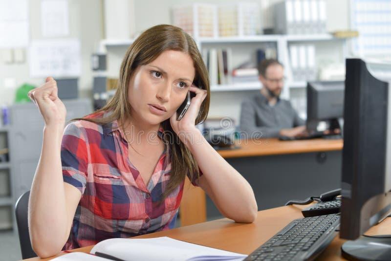 Kobieta na telefonie dostawca obraz stock