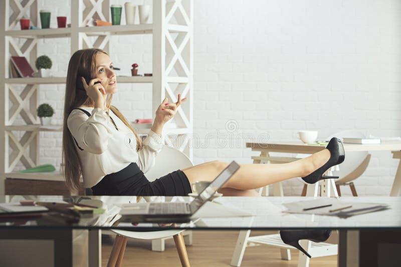 Kobieta na telefonie w biurze obrazy royalty free