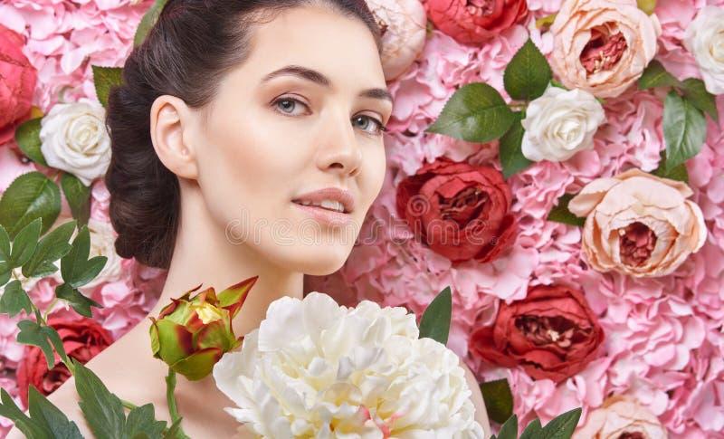 Kobieta na tle kwiaty obraz royalty free