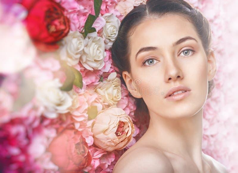 Kobieta na tle kwiaty zdjęcie stock