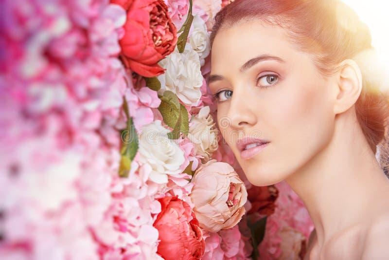 Kobieta na tle kwiaty obrazy stock