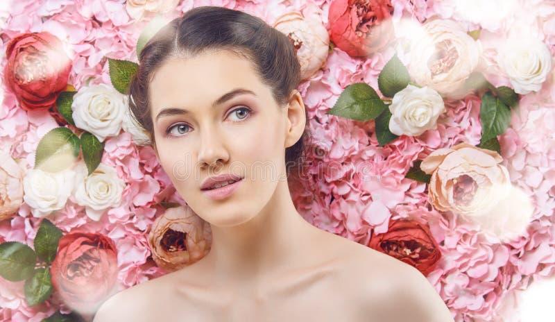 Kobieta na tle kwiaty zdjęcia stock