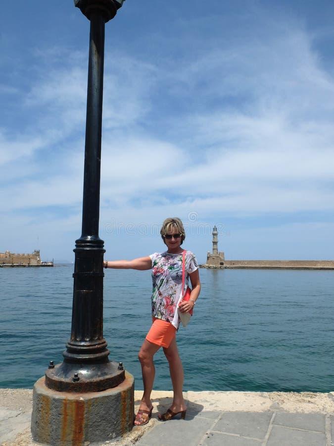 Kobieta na tle latarnia morska zdjęcia stock
