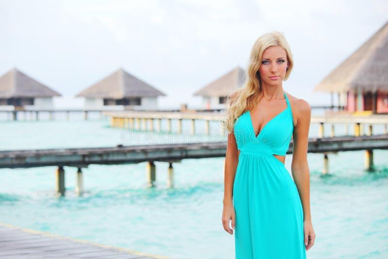Kobieta na tropikalnej plaży obraz royalty free