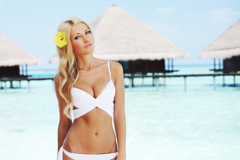Kobieta na tropikalnej plaży zdjęcia royalty free