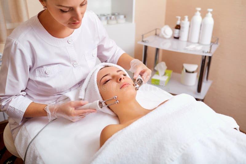 Kobieta na twarzowej skincare procedurze r fotografia royalty free