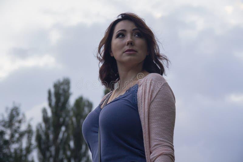 Kobieta na ulicie przeciw niebu zdjęcie royalty free