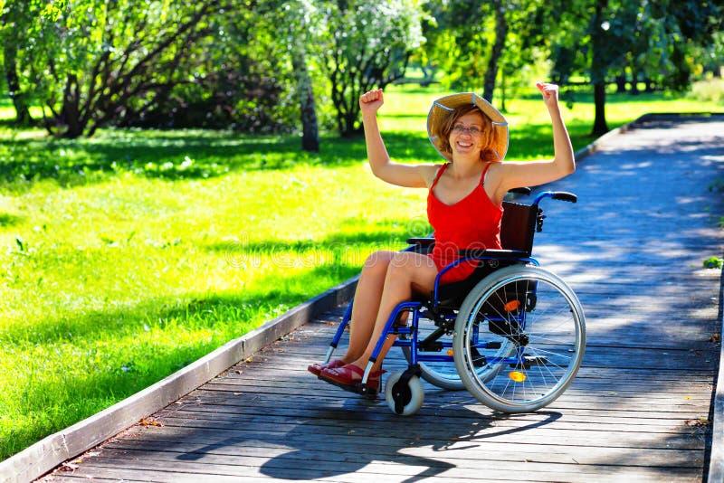 Kobieta na wózka inwalidzkiego wydźwignięciu wręcza up obrazy royalty free