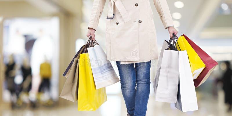 Kobieta na wypad do sklepów zdjęcie royalty free