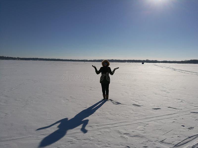 Kobieta na zamarzniętym jeziorze zdjęcie royalty free