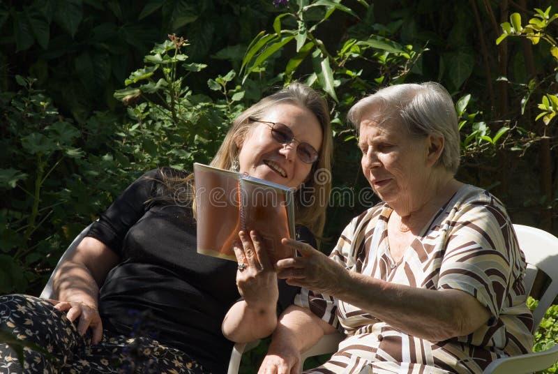 kobieta na zewnątrz czytać fotografia royalty free