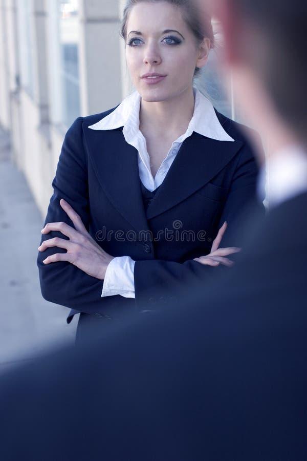 kobieta na zewnątrz przedsiębiorstw fotografia stock