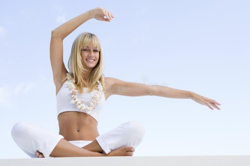 kobieta na zewnątrz zrobić jogi fotografia stock