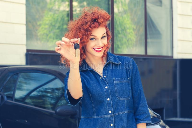 Kobieta, nabywca blisko jej nowego samochodu pokazuje dawać kluczowi fotografia royalty free