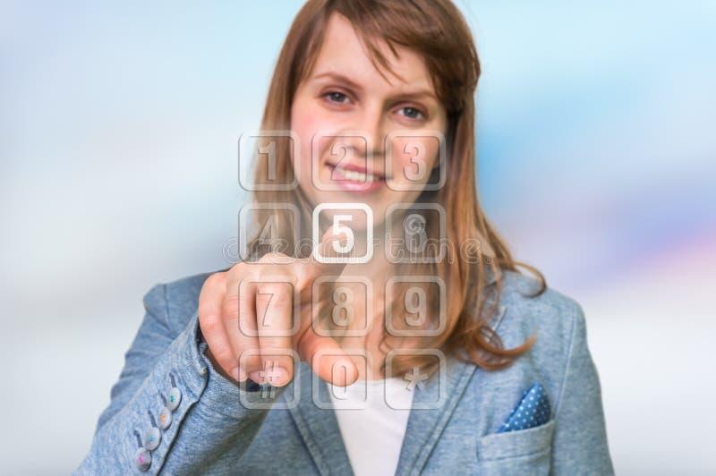 Kobieta naciska numerycznego guzika na wirtualnym dotyka ekranie zdjęcie royalty free