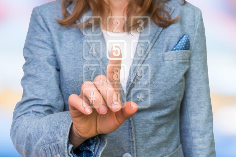 Kobieta naciska numerycznego guzika na wirtualnym dotyka ekranie obraz stock