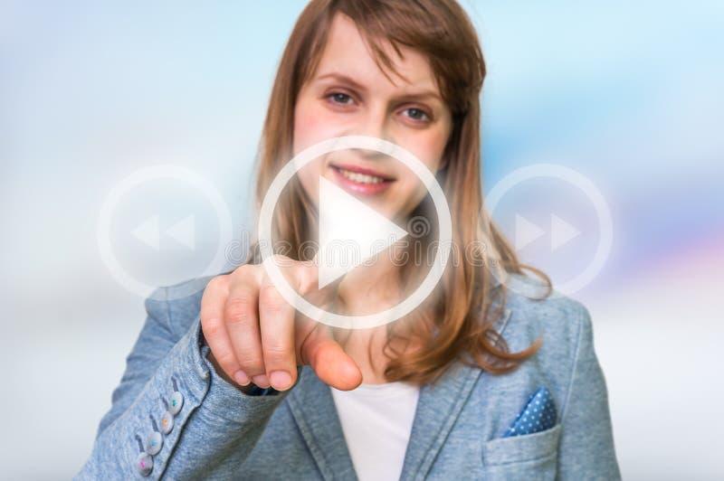 Kobieta naciska prostego sztuka guzika na wirtualnym tle obraz royalty free