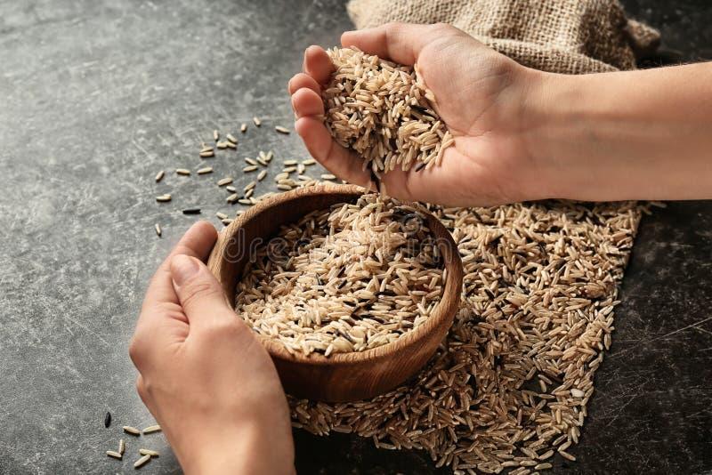 Kobieta nalewa długich zbożowych ryż w puchar fotografia royalty free