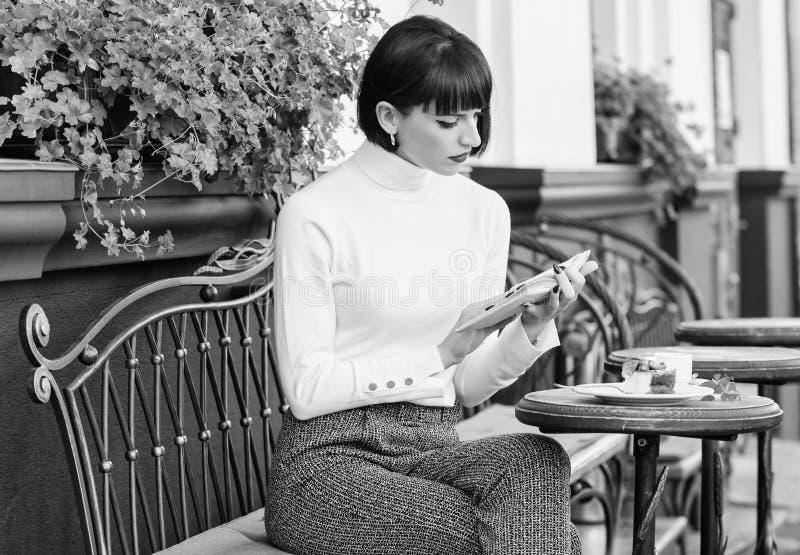 Kobieta nap?j cieszy? si? dobrego ksi??kowego kawiarnia taras Literatura dla kobiety Dziewczyna napoju kawa czytaj?ca ksi??ka Kub obrazy stock