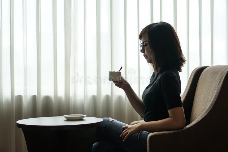 Kobieta napoju kawa w pokoju hotelowym okno zdjęcie stock