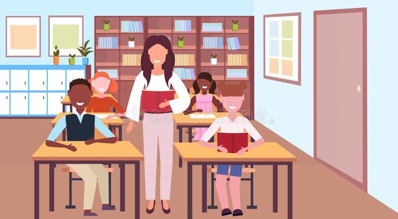 Kobieta nauczyciela czytelnicza książka podczas lekcyjnych mieszanki rasy uczni siedzi biurko edukacji pojęcia nowożytną szkolną  ilustracji