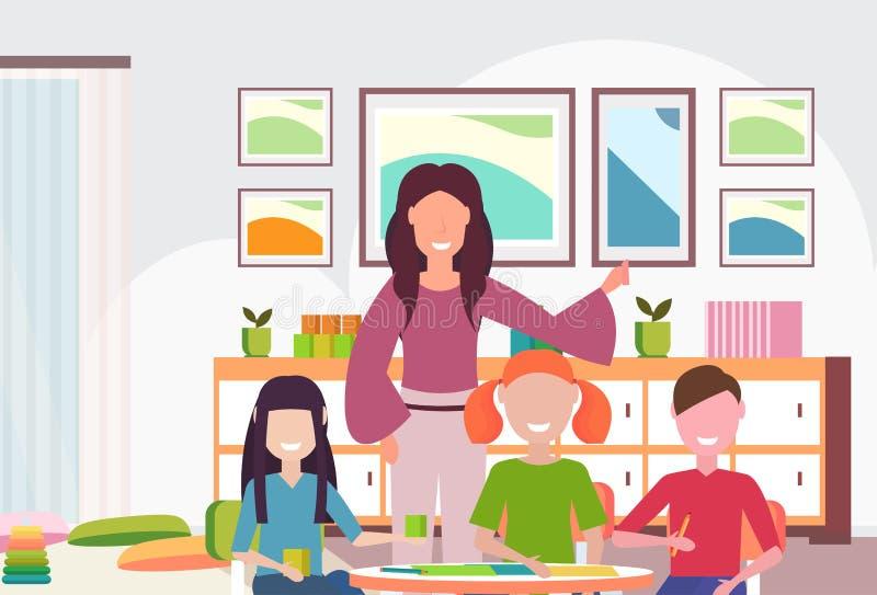 Kobieta nauczyciela nauczania dziewczyn i chłopiec dziecina dzieci preschool nowożytna sala lekcyjna z biurko kolorowym meblarski royalty ilustracja