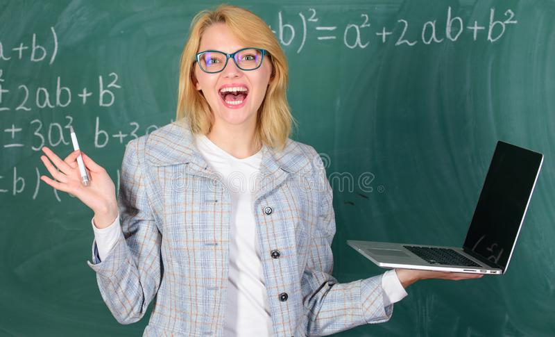 Kobieta nauczycielka nosi okulary utrzymuje laptop surfing internet Koncepcja technologii cyfrowych Nauczycielka wesoła kobieta z obraz royalty free