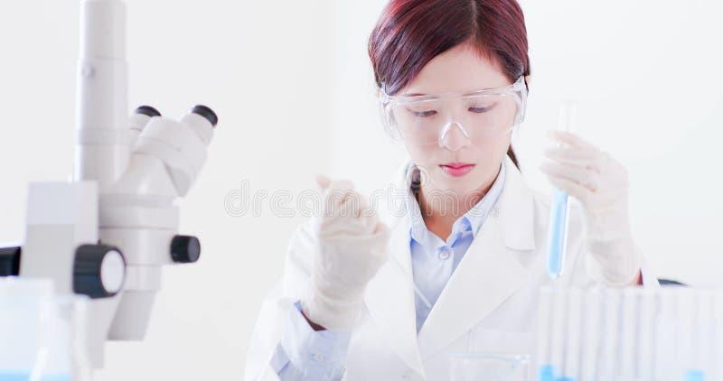 Kobieta naukowa wp8lywy próbna tubka zdjęcie royalty free