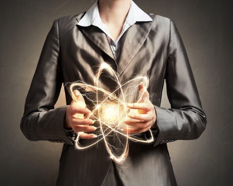 Kobieta naukowiec przedstawia atomu badawczego pojęcie fotografia stock