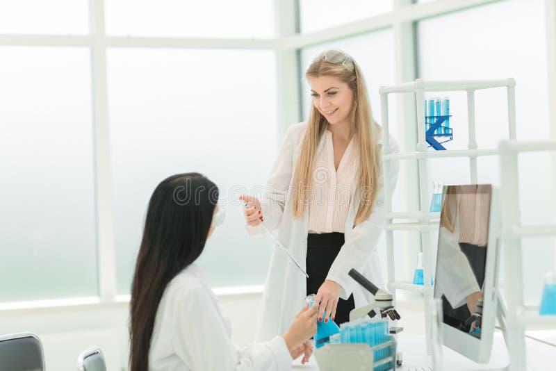 Kobieta naukowowie prowadzi badanie w laboratorium zdjęcia royalty free