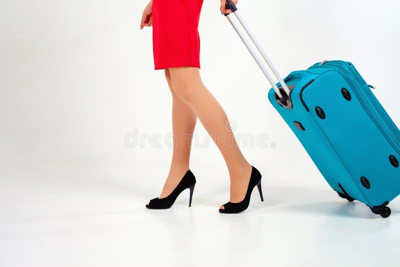 Kobieta niesie twój bagaż przy lotniskowym terminal obrazy stock