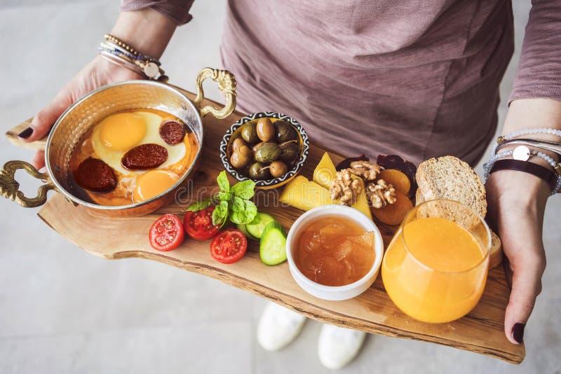 Kobieta niesie wyśmienicie tradycyjnego tureckiego śniadanie na tnącej desce obraz royalty free