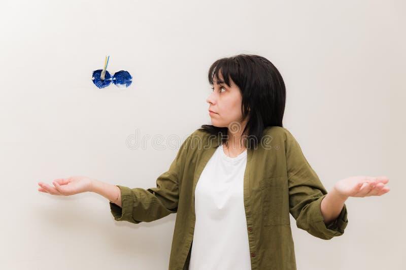 Kobieta no zna dlaczego załatwiać elektryczność zdjęcie stock