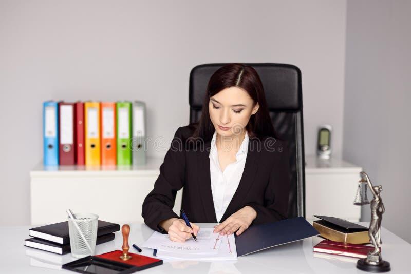Kobieta notariusza społeczeństwo notarizes pełnomocnictwo zdjęcia royalty free