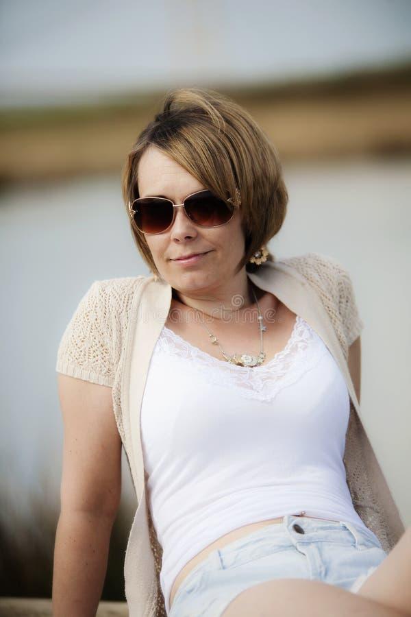 Kobieta obok jeziora zdjęcie stock