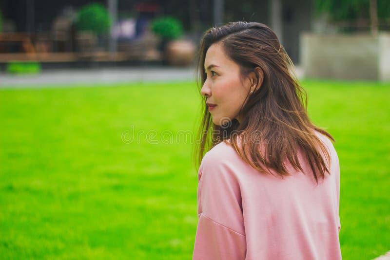 Kobieta obracająca patrzeć z powrotem zdjęcie stock