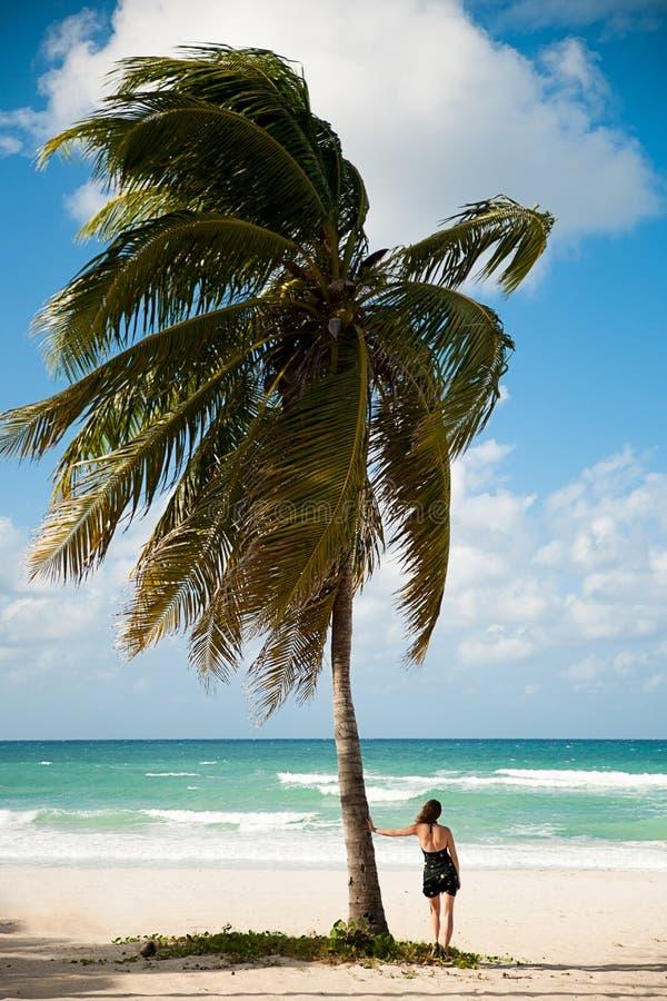 Kobieta obserwuje morze karaibskie na piaskowatej plaży w Varadero na Kuba obrazy stock