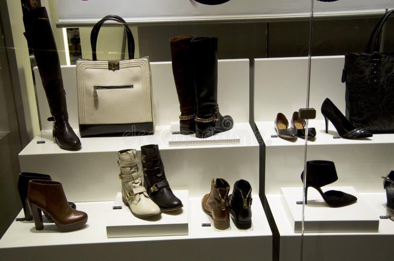 Kobieta obuwiany sklep obrazy royalty free