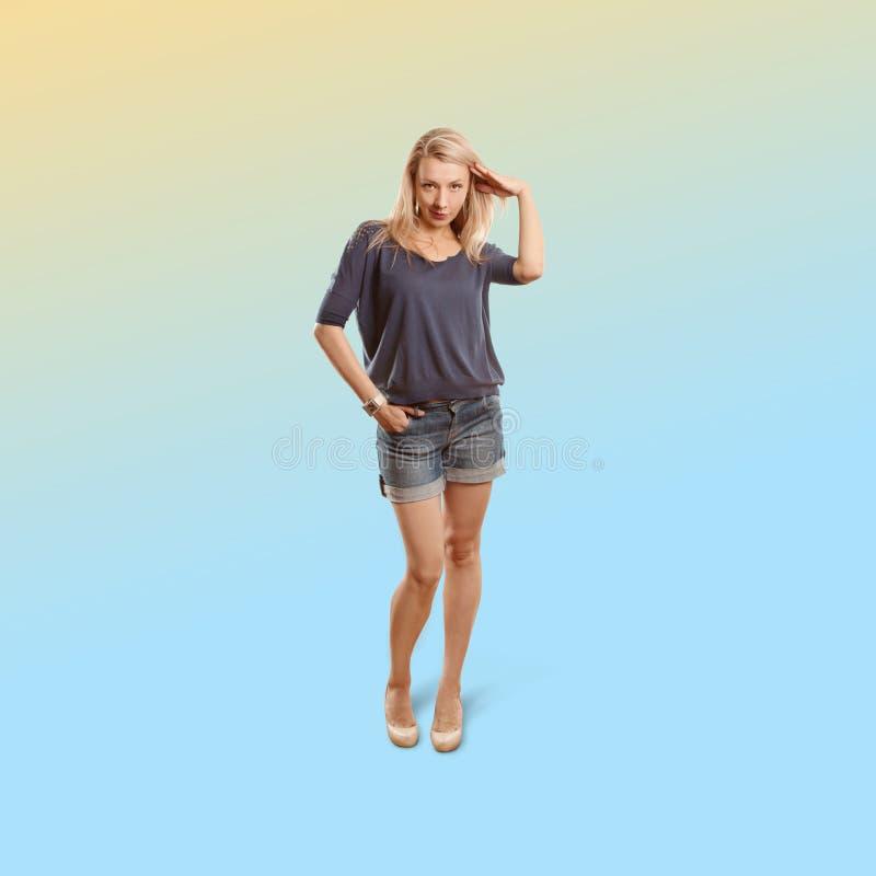 Kobieta odizolowywająca na modnym gradientowym tle zdjęcie stock