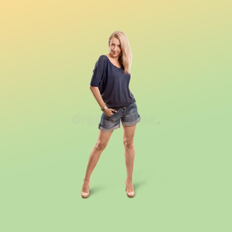 Kobieta odizolowywająca na modnym gradientowym tle obrazy royalty free