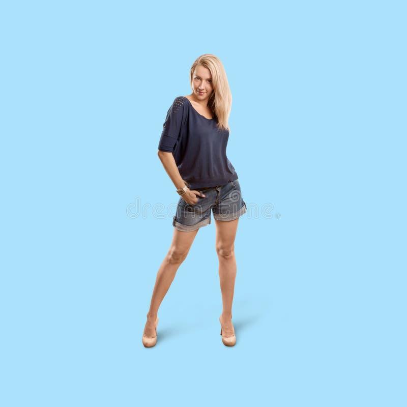 Kobieta odizolowywająca na modnym gradientowym tle obraz royalty free